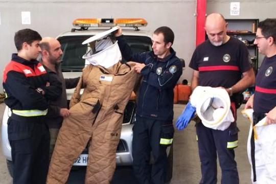 O GES de Padrón recibe da Axega dous traxes especiais para combater as vespas velutinas