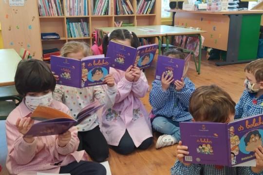 A concellaría de Cultura do Concello de Padrón envía un exemplar dos Bolechas sobre Rosalía de Castro a todas as crianzas das escolas unitarias